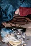 Obdachloser Mann unter Abfall stockfoto