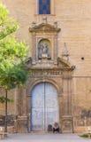 Obdachloser Mann vor Santa Ursula Church in Valencia Stockfotografie