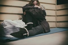 Obdachloser nehmender Schutz des jungen jugendlich lizenzfreies stockbild