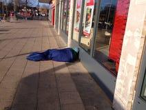 Obdachloser Obdachloser auf der Straße Lizenzfreies Stockfoto