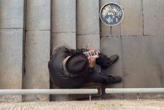 Obdachloser Straßenmusiker, der am triola durchführt Stockbild