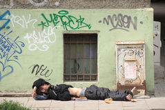 Obdachloser Straßenmusiker, der am triola durchführt Stockbilder