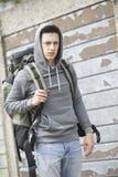 Obdachloser Teenager auf Straße mit Rucksack lizenzfreie stockfotos