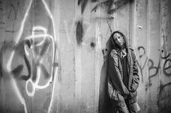 Obdachloses Bettler stilzhizni, Gesundheit, Sozial-kontsept- ermüdete, die Armen, der Obdachlose, die einsame Frau in der alten K stockfoto