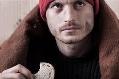 Obdachloses Fleisch fressendes ein Stück Brot lizenzfreie stockfotografie