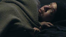 Obdachloses Hören auf die Bombardierung, versteckend im Schutz, Kriegsopfer, das vom Frieden träumt stock video footage