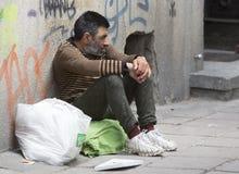 Obdachloses hoffnungsloses Bettlerbitten Stockfotos