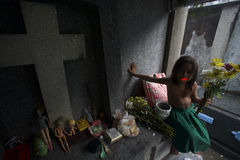 Obdachloses Kind am Kirchhof stockfotos