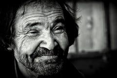 Obdachloses Lächeln des alten Mannes stockfotografie