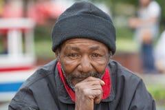 Obdachloses Mann-Denken lizenzfreies stockfoto
