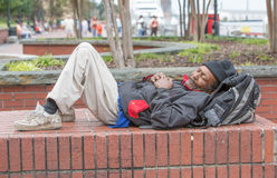 Obdachloses Mannschlafen des Afroamerikaners Lizenzfreie Stockbilder