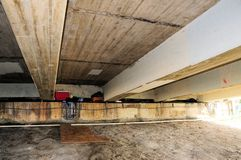 Obdachloses Material unter Brücke, Süd-Florida Lizenzfreie Stockfotos