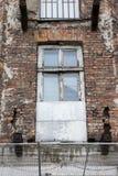Obdarty okno na fasadzie stary ściana z cegieł obrazy royalty free