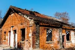 Obdarty stary cegła dom fotografia royalty free