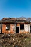 Obdarty stary cegła dom obrazy stock
