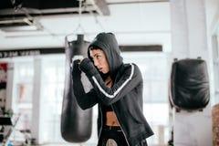 Obdarzona kobieta rozwija karate umiejętności łokci strajki obrazy royalty free
