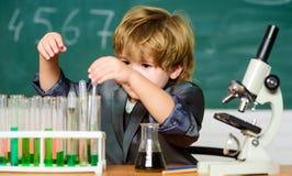 Obdarzony dziecko i wunderkind Dzieciak nauki chemii szkoła Edukacja szkolna Bada biologiczne moleku?y Berbecia geniusz fotografia royalty free