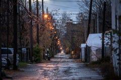 Obdrapana typowa północnoamerykańska mieszkaniowa ulica w jesieni w Montreal, Quebec, podczas dżdżystego wieczór z samochodami pa zdjęcie royalty free