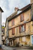 Obdrapany średniowieczny budynek w wąskiej ulicie w Semur en Auxois, Francja fotografia stock