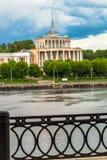 Obdrapany zabytek Stalinowski imperium styl Volga rzeki stacja w Tver przed trzaskiem w 2017 few dni Rosja obraz royalty free