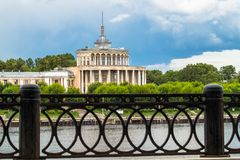 Obdrapany zabytek Stalinowski imperium styl Volga rzeki stacja w Tver przed trzaskiem w 2017 few dni Rosja obrazy royalty free
