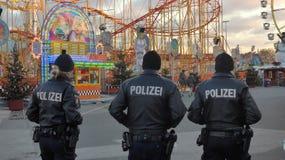 Obecność policji przy ludowym festiwalem przy Bożenarodzeniowym czasem obraz royalty free