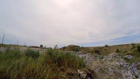 Obehörigt förrådsplatsnederlag i busksnåren av ogräs lager videofilmer