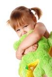 obejmowanie śliczna dziewczyna jej miękka zabawka zdjęcie royalty free