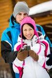 Obejmujący pary pije herbaty outdoors Zdjęcia Royalty Free