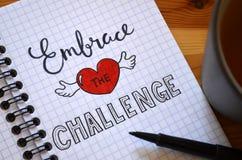 OBEJMUJE wyzwanie piszącego list w notatniku obrazy royalty free