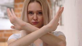 Obekväm kvinna som kasserar och förnekar erbjudandet som ogillar arkivfilmer