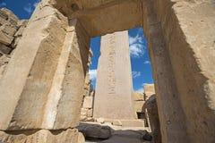 Obelisco con jeroglíficos y el templo antiguo de Karnak del egipcio imágenes de archivo libres de regalías