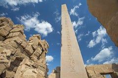 Obelisco con jeroglíficos y el templo antiguo de Karnak del egipcio fotos de archivo