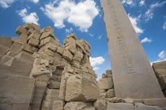 Obelisco con jeroglíficos y el templo antiguo de Karnak del egipcio fotografía de archivo