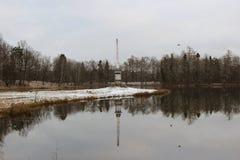 Obelisco de Chesma en el parque de Gatchina, lago blanco imágenes de archivo libres de regalías