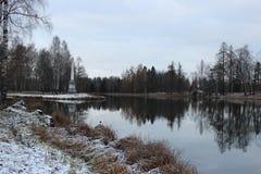 Obelisco de Chesma en el parque de Gatchina, lago blanco foto de archivo