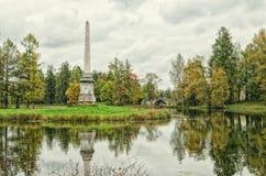 Obelisco de Chesmensky y el puente de Gorbaty (joroba) en Gatchina imagen de archivo
