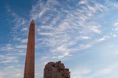 Obelisco de Hatsepsut no alvorecer, templo de Karnak, obelisco de Hatsepsut no alvorecer, templo da estreia da transferência das  Fotos de Stock