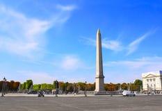 Obelisco de Luxor do egípcio com hieróglifos em Lugar de la Concorde, Paris, França fotografia de stock
