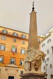 Obelisco de Santa María Minerva de Bernini en Roma Imagenes de archivo