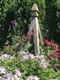Obelisco del giardino ornato con i bei fiori rampicanti fotografia stock libera da diritti