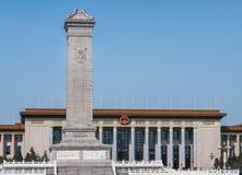 Obelisco del monumento de guerra en el cuadrado de Tienanmen, Pekín China imagenes de archivo