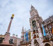 Obelisco delante del ayuntamiento de Munchen, Marienplatz, Alemania fotos de archivo libres de regalías
