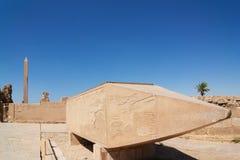 Obelisco di Falled del tempio di Hatshepsut di Karnak Luxor (Tebe) Fotografia Stock