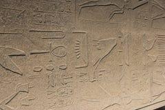 Obelisco egipcio antiguo en lado en el templo de Karnak en la noche fotografía de archivo