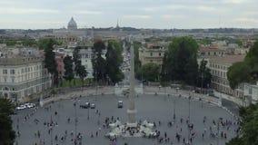 Obelisco egipcio de Ramesses en el centro de Piazza del Popolo, visión aérea almacen de video