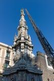 Obelisco en el centro de Nápoles fotografía de archivo