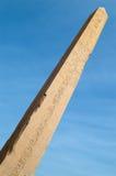 Obelisco en el templo de Karnak sobre el cielo azul Foto de archivo
