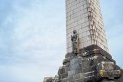 Obelisco en una colina del árbol en Auckland fotos de archivo