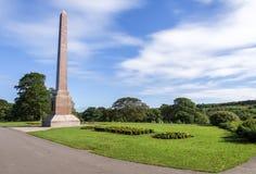 Obelisco magnífico de McGrigor con las camas de flor en el frente en un fondo del cielo azul, parque de Duthie, Aberdeen foto de archivo libre de regalías